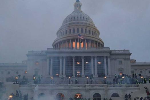 ट्रम्पको उक्साहटमा संसदमा हिंसा